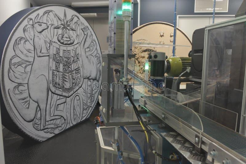 Machine de monnayage de pièce de monnaie dans la menthe australienne royale Canberra Australie images stock
