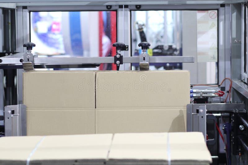 Machine de monteur de carton/bo?te photos stock
