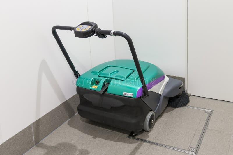 Machine de nettoyage de plancher dans la station de Shin-Hakodate-Hokuto photographie stock