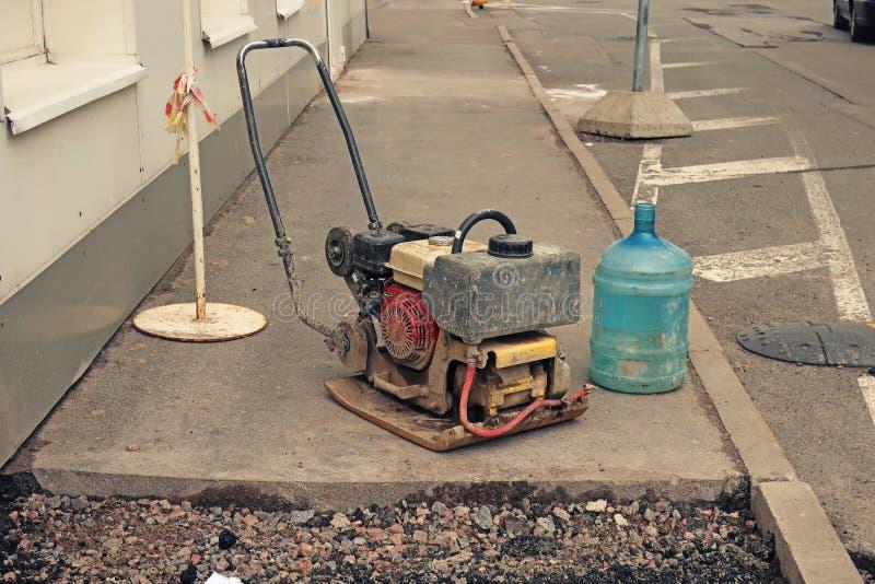 Machine de pavage tenue dans la main d'asphalte photos libres de droits