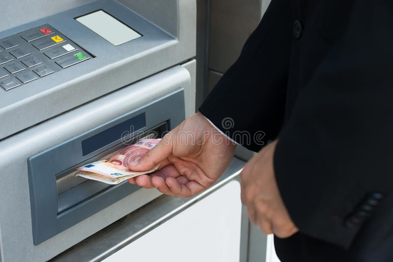 Machine de Person Withdrawing Money From Atm photos stock