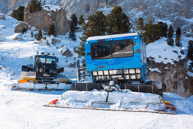 Machine de Ratrac pour les préparations de ski de pente dans les montagnes Les groomers de neige pour le ski incline preaparation image stock