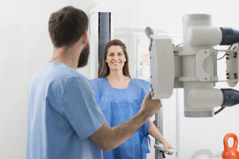 Machine de rayon X d'Adjusting de radiologue sur le patient féminin chez Hospita images stock