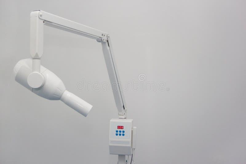 Machine de rayon X dans la clinique dentaire Bureau de dentiste D'isolement sur un fond blanc photo stock