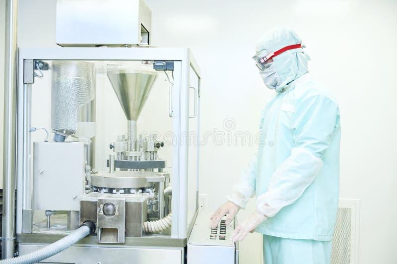 Machine de remplissage fonctionnante de capsule de pharma de travailleur photos stock
