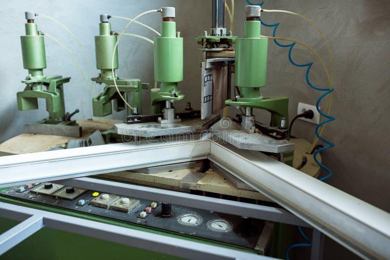 Machine de soudure fonctionnante dans l'usine photos libres de droits