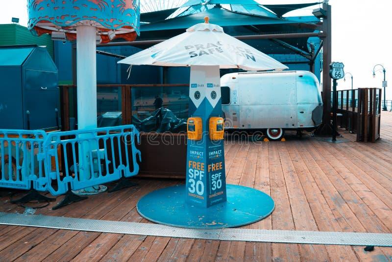 Machine de station de lotion de Sun chez Santa Monica Pier image stock