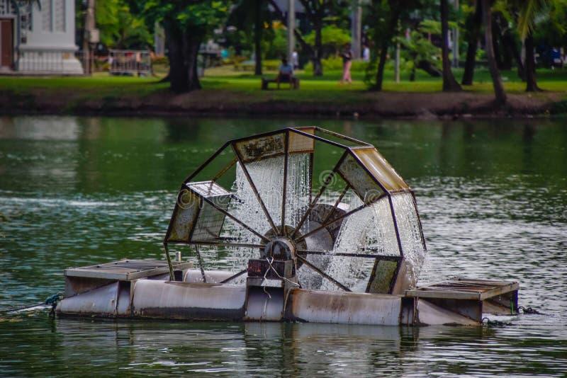 Machine de traitement des eaux usées dans de grands étangs en parc à Bangkok, Thaïlande, distribution de l'eau - machine de trait images stock