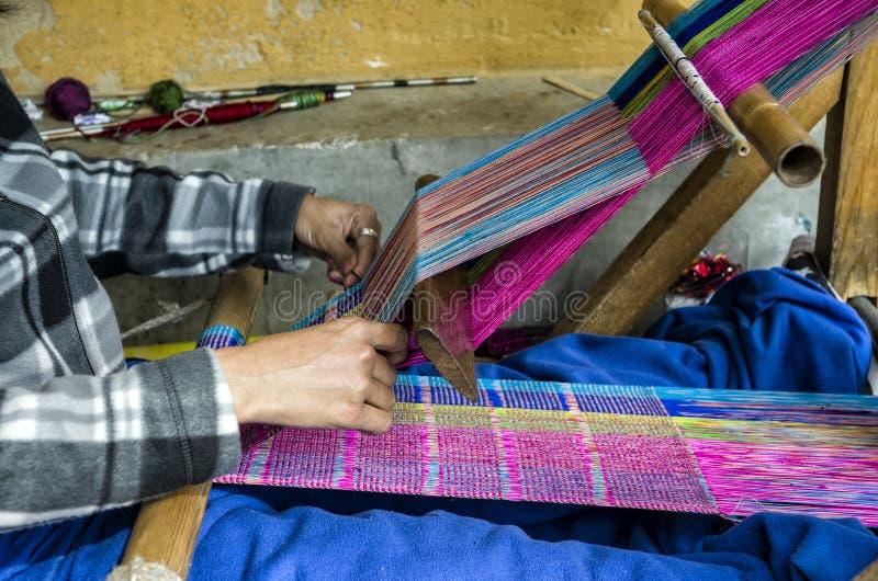 Machine de tricotage bhoutanaise traditionnelle de tissus image libre de droits