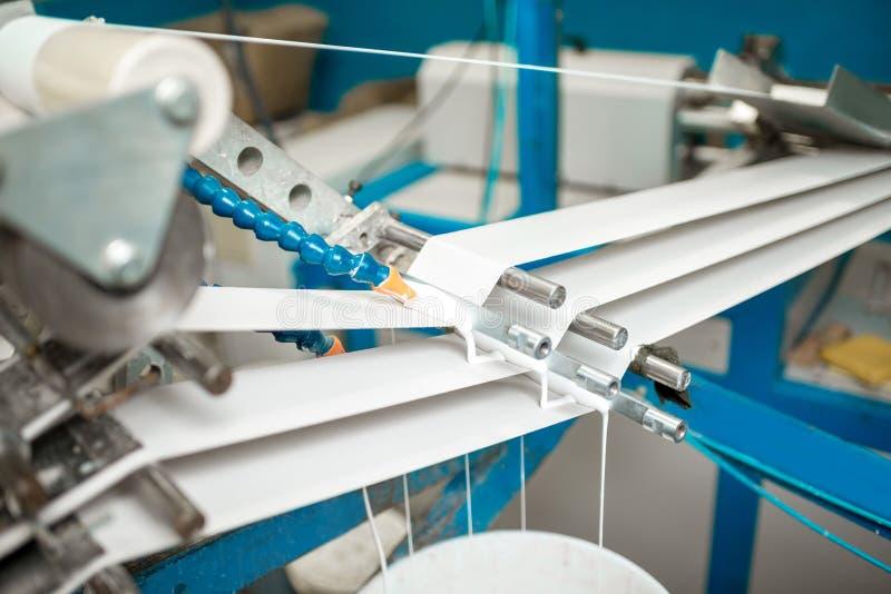 Machine faisant l'emballage de papier de tube image stock