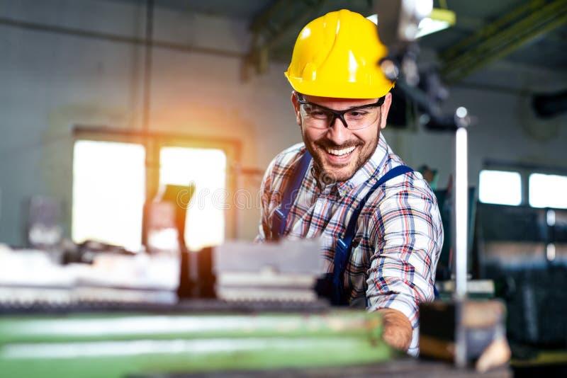 Machine fonctionnante de tour de Turner de travailleur en métal à l'usine de fabrication industrielle photo stock