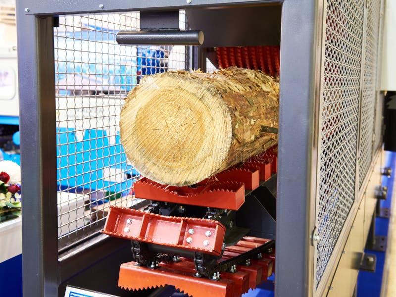 Machine fonctionnante en bois d'ouverture dans l'usine image stock