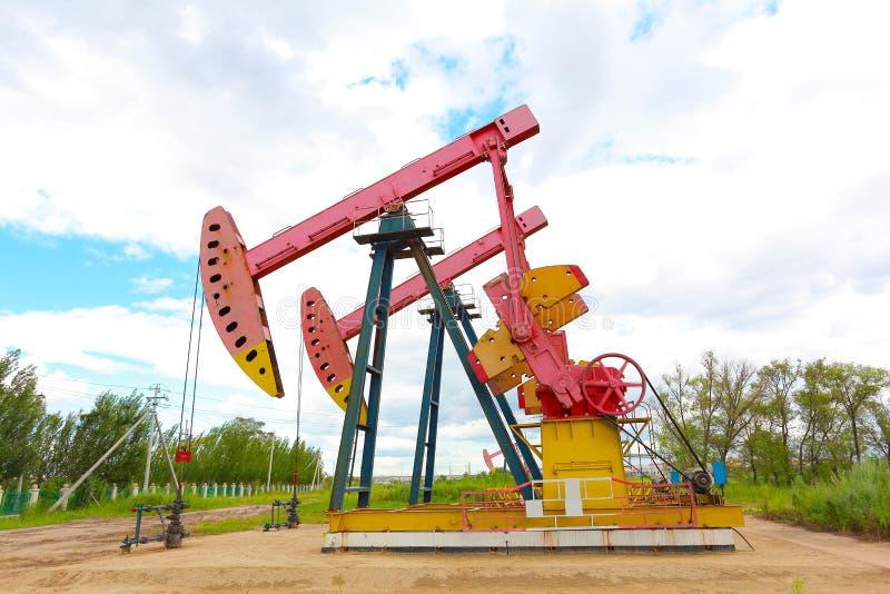 Machine industrielle de pompe à huile d'énergie rose de plate-forme pétrolière photographie stock