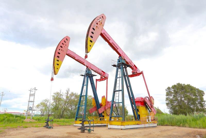 Machine industrielle de pompe à huile d'énergie rose de plate-forme pétrolière images stock
