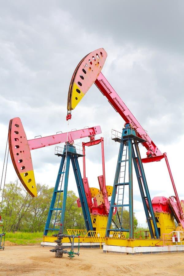 Machine industrielle de pompe à huile d'énergie rose de plate-forme pétrolière image stock