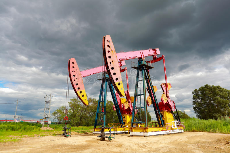 Machine industrielle de pompe à huile d'énergie rose de plate-forme pétrolière du côté de d photo libre de droits