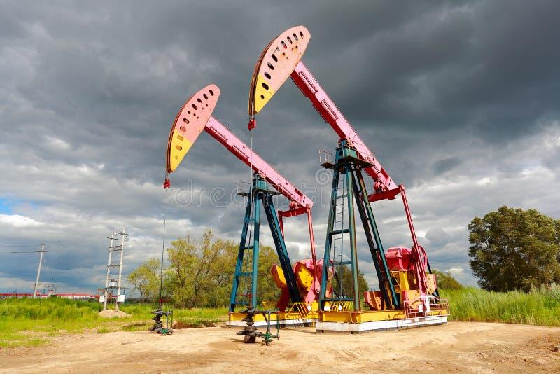 Machine industrielle de pompe à huile d'énergie rose de plate-forme pétrolière du côté de d photo stock