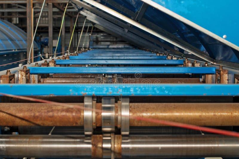 Machine industrielle pour la production de la toiture en métal images stock