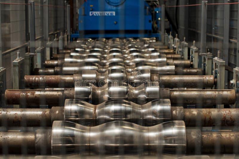 Machine industrielle pour la production de la toiture en métal images libres de droits