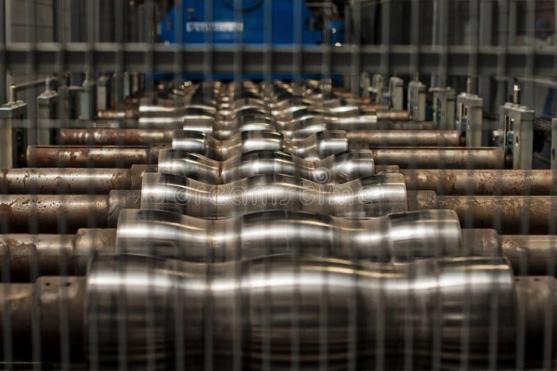Machine industrielle pour la production de la toiture en métal image stock