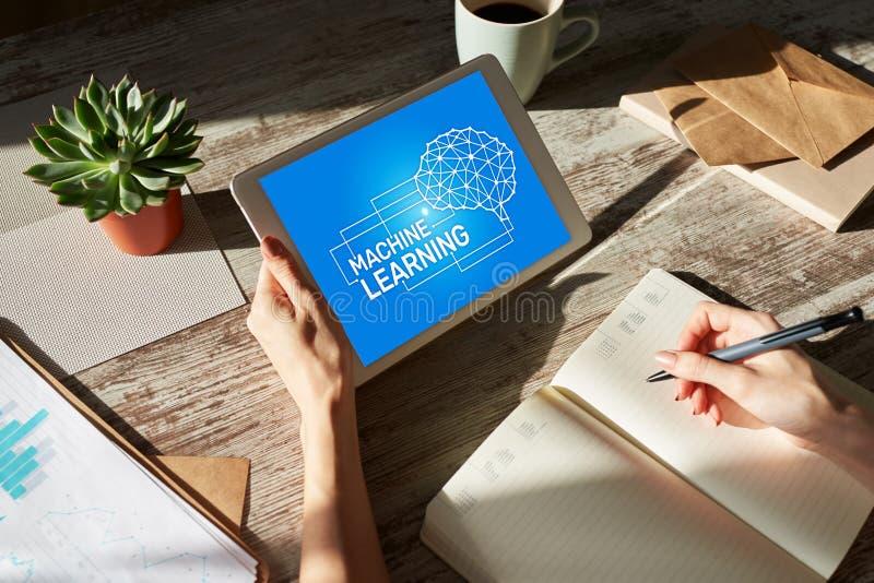 Machine learning, artificial intelligence en smart technology concept op apparaatscherm royalty-vrije stock afbeeldingen