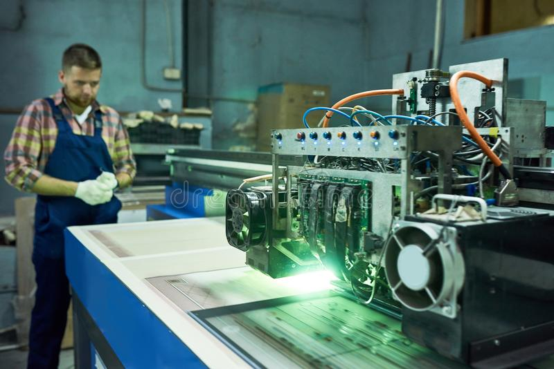 Machine moderne de commande numérique par ordinateur à l'usine photo libre de droits