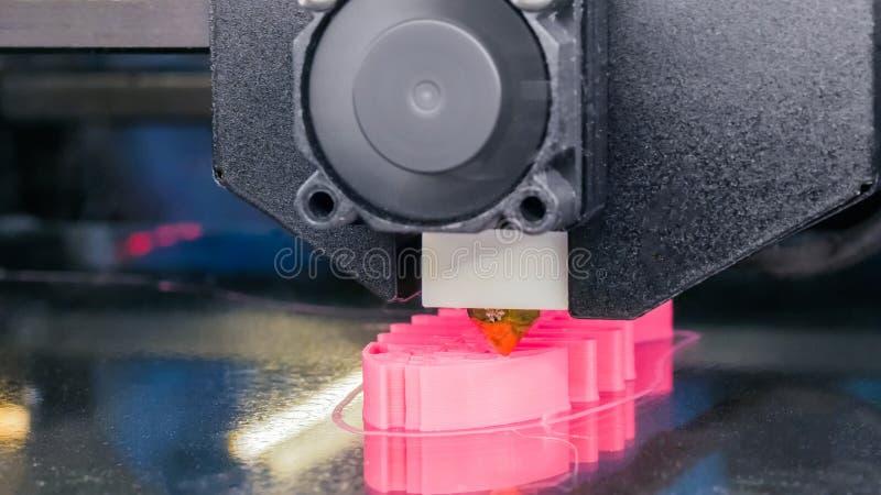 Machine moderne de l'imprimante 3D imprimant le mod?le en plastique du squelette rose de poissons images stock