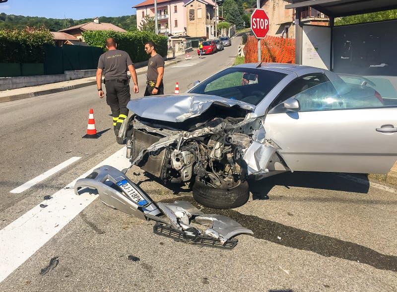 Machine op de provinciale weg met de interventie van de brandbrigade in Ferrera-Di Varese, Italië wordt beschadigd dat royalty-vrije stock afbeeldingen