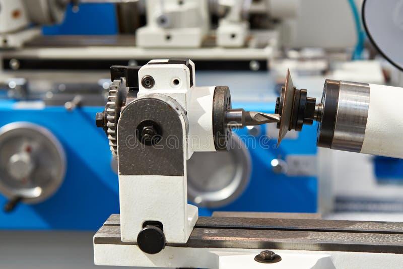 Machine pour affiler des coupeurs de fraisage images libres de droits