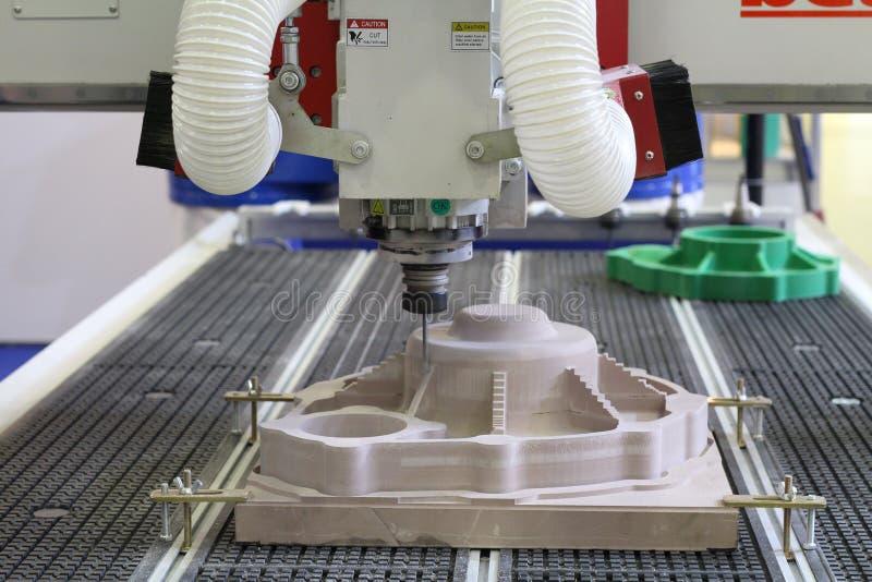 Machine pour les surfaces de fraisage et de gravure de haute qualit? des pi?ces images stock