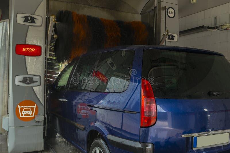 Machine propre de Washington de véhicule, lavage de voiture avec l'éponge et boyau image stock