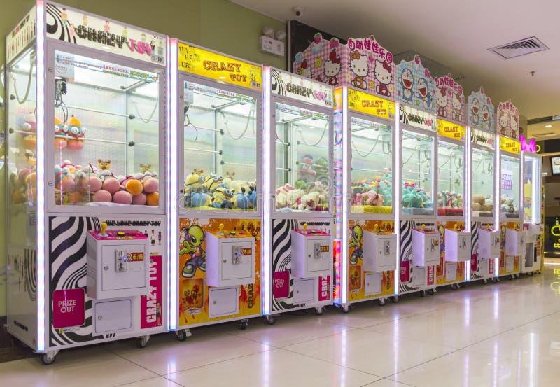 Machine robotique de jeu de griffe d'arcade, machine de jeu de grue de griffe photographie stock