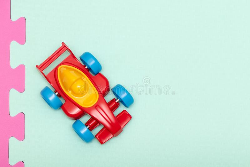 Machine rouge en plastique de jouet pour enfants, vue supérieure image stock