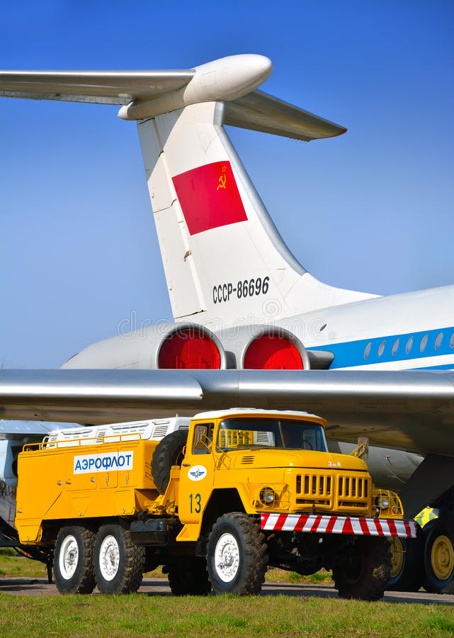 Machine soviétique d'aérodrome pour vérifier le circuit hydraulique d'avions près de l'avion de passagers photographie stock