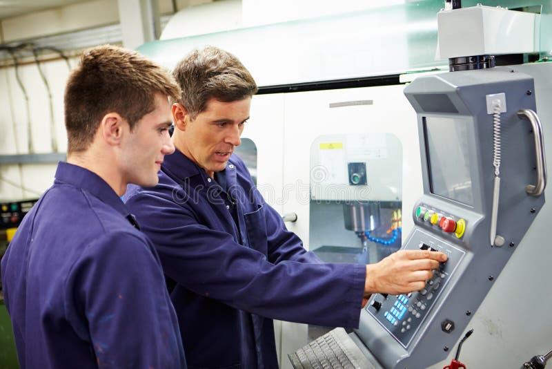 Machine van het ingenieurs de And Apprentice Using Geautomatiseerde Malen royalty-vrije stock foto's