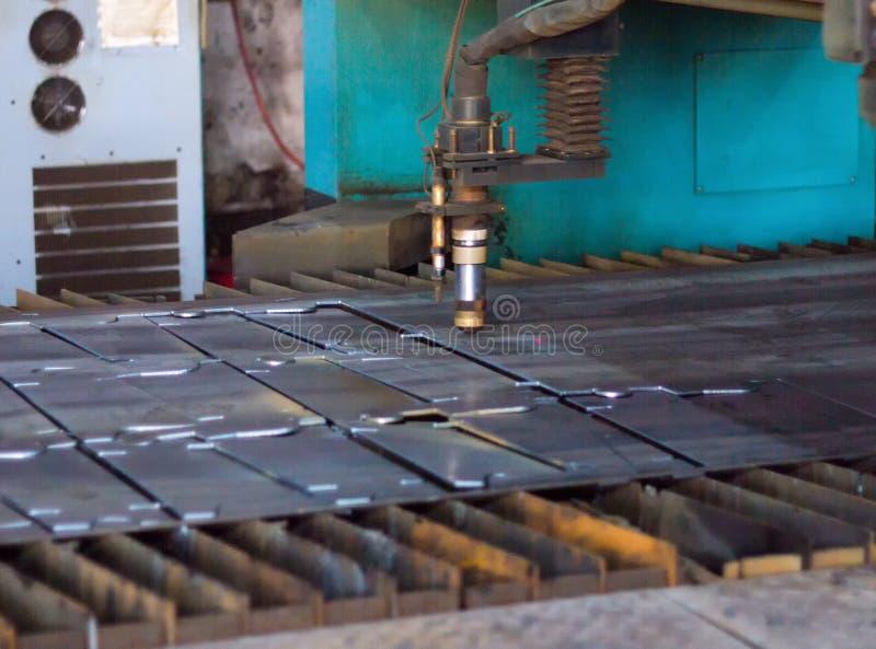Machine voor het moderne knipsel van de plasmalaser van metaal, industrieel snijden van metaal door plasma en laser, stock foto