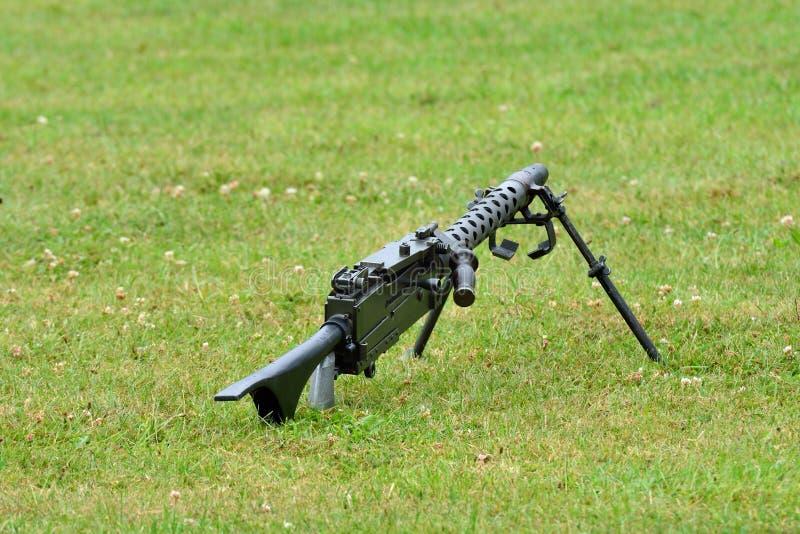 Machinegeweer die op grond liggen stock foto's