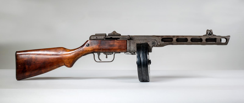 Machinepistool ppsh-41 op een lichte achtergrond royalty-vrije stock fotografie