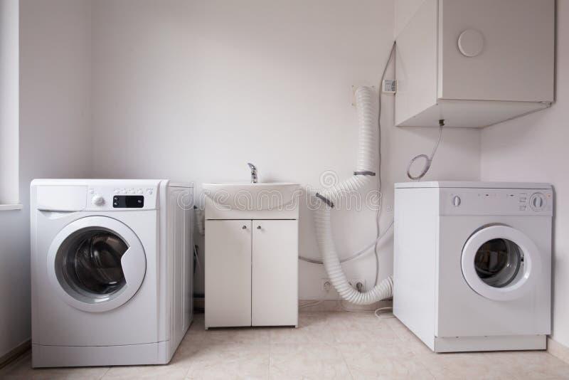 Machines à laver automatiques dans la blanchisserie photographie stock libre de droits