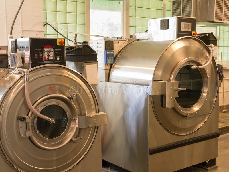 Machines à laver commerciales image stock