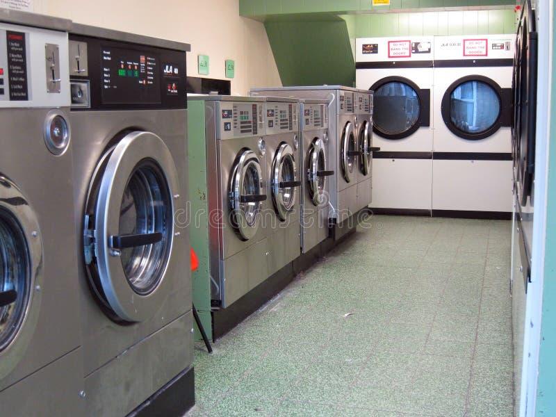 Machines à laver dans une laverie. image stock
