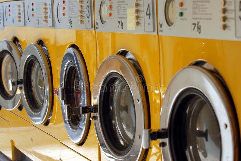 Machines à laver jaunes alignées images stock