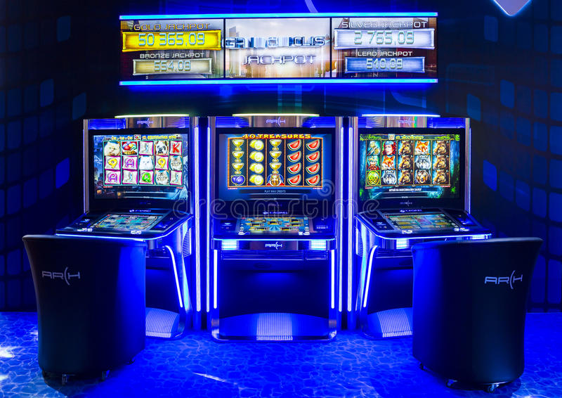 Machines à sous de jeu dans un casino photo stock