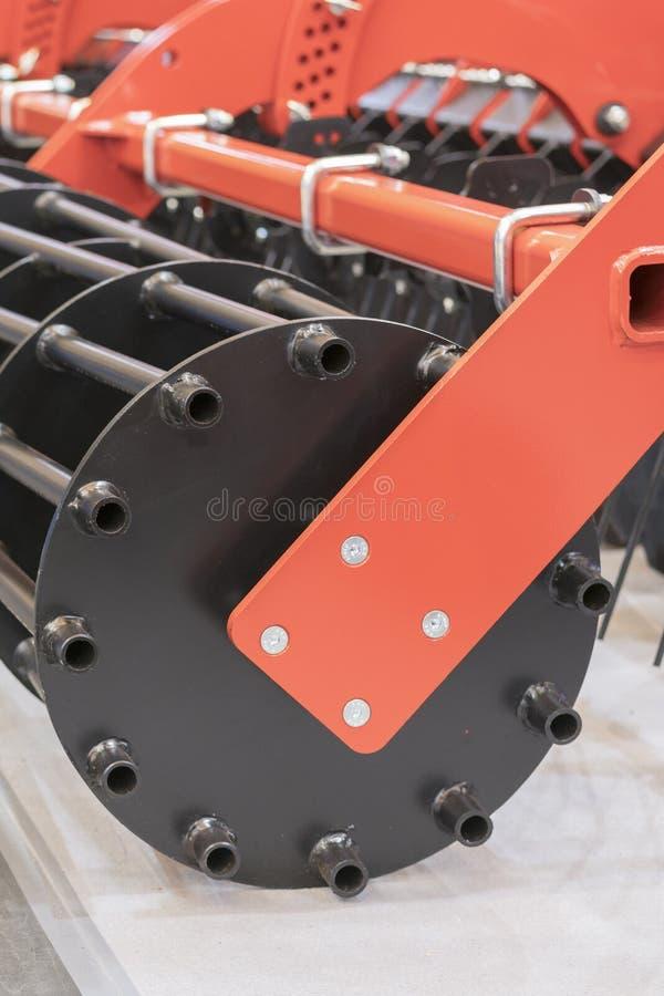 Machines agricoles pour la culture de sol Nouveaux modèles modernes des machines agricoles Photo verticale image stock