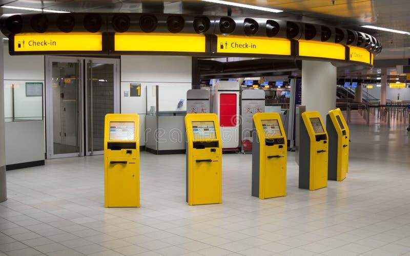 Machines d'enregistrement de libre service dans l'aéroport moderne image libre de droits