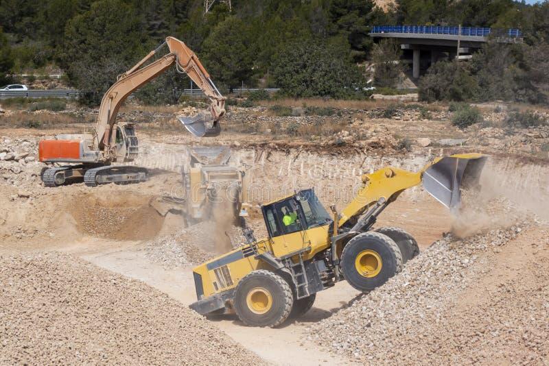 Machines d'excavatrice dans le chantier de construction photo libre de droits