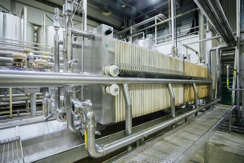 Machines de filtration dans la chaîne de production moderne de brasserie image stock