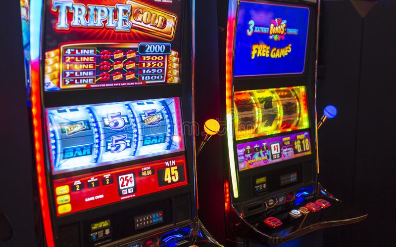 Machines de jeu dans l'hôtel et le casino image libre de droits