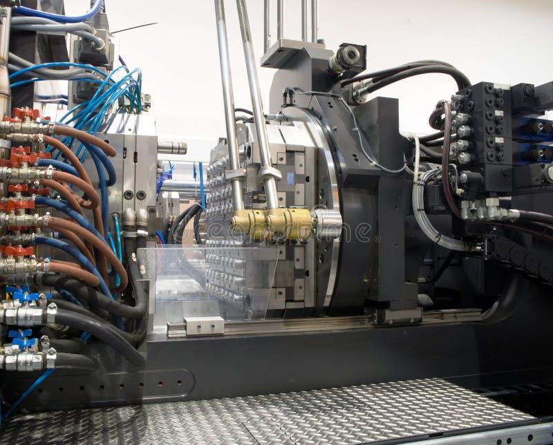 Machines de moulage par injection dans une grande usine images libres de droits