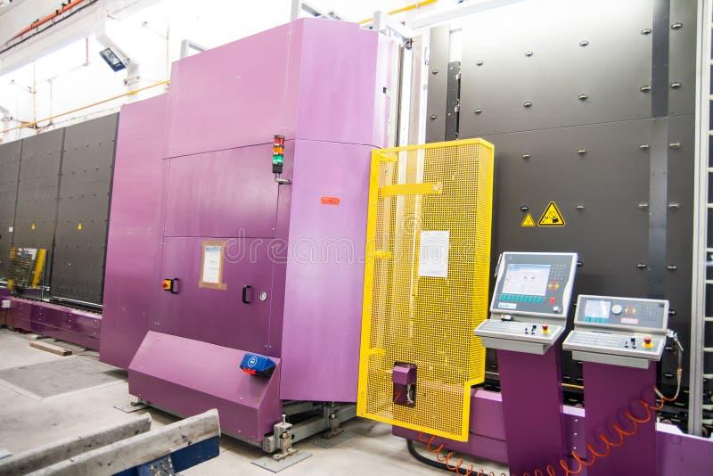 Machines in een fabriek van het glasvenster royalty-vrije stock afbeeldingen